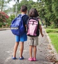 bambini con zaini per la scuola